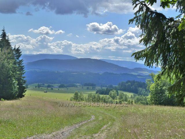 Chrastice - pohled z cesty po modré TZ do Hynčic k pásmu Jeseníků