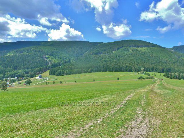Hynčice p.Sušinou - celkový pohled na sportovní areál Pod Sušinou z úbočí Štvanice