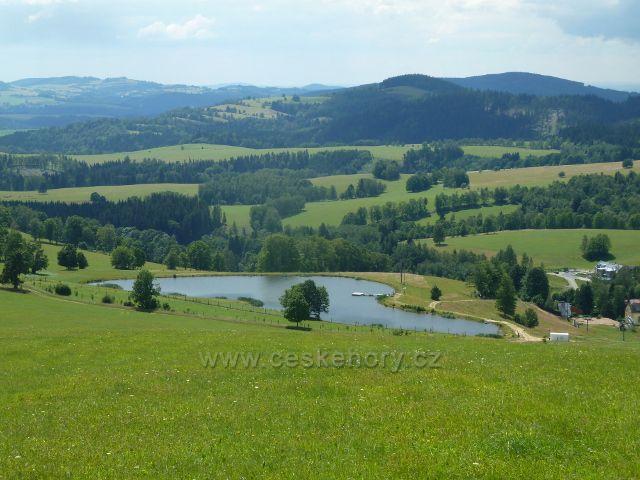 Hynčice p.Sušinou - rybník Úžas, v pozadí Hanušovická vrchovina