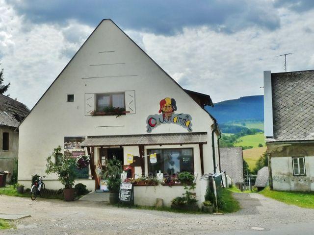 Staré Město p.Sněžníkem - cukrárna pod náměstím nabízí tradiční máslové trubičky