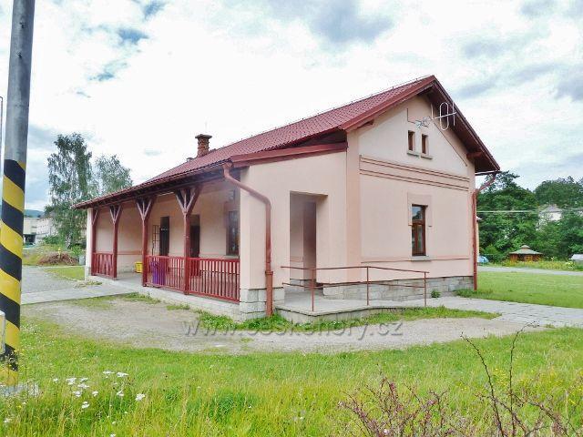 Staré Město p.Sněžníkem - nově opravená budova nádraží ČD
