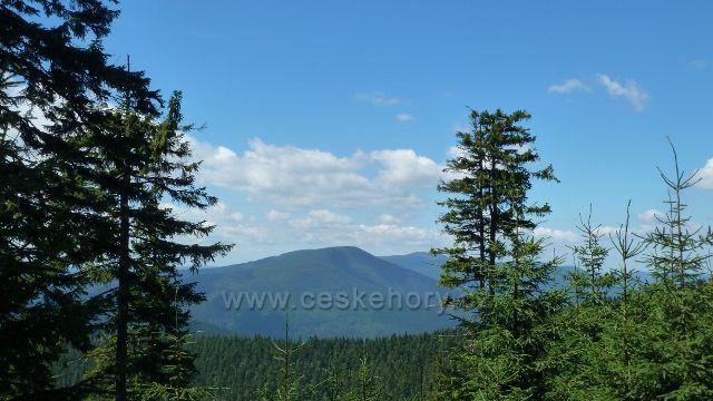 Pohled ze silničky na Lysou horu na protilehlý vrchol Smrku