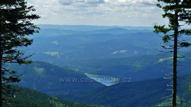 Pohled ze silničky na Lysou horu k vodní nádrži Šance
