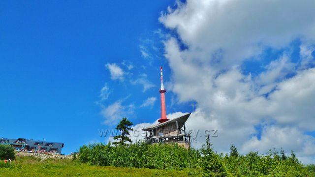Lysá hora - televizní vysílač a v pozadí chata Emila Zátopka Maraton
