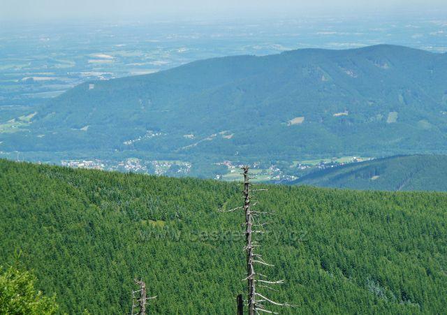 Lysá hora - pohled z vyhlídky pod vysílačem na Frýdlant n.O. a nad ním se tyčící hřeben Ondřejníku