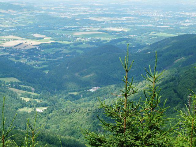 Lysá hora - pohled z cesty po modré TZ k Ivančeně k hotelu Petr Bezruč