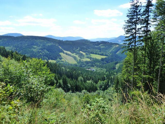 """Lysá hora - pohled z rozcestí""""Hradová (nad Salašem), 790 m.n.m., k hotelu Petr Bezruč"""