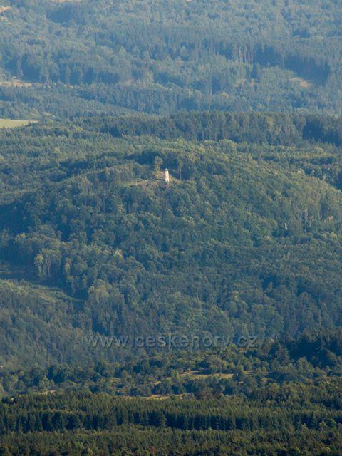 pohled z Popovské hory na rozhlednu Bučina v lesích nad Kyselkou (cca 12,5km)