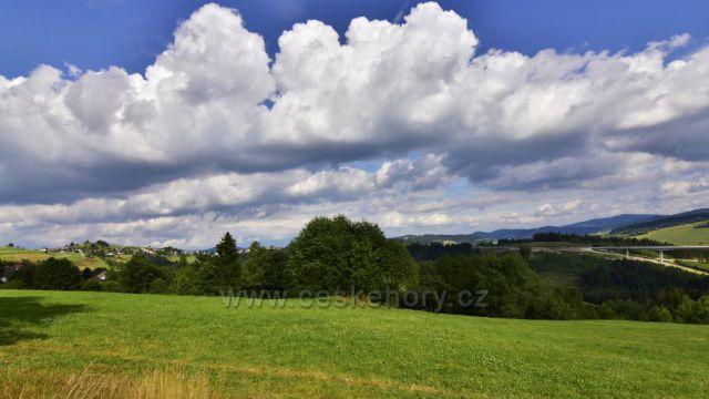 Pohled z obce Hrčava na dálniční most, obec Skalité SR do Polska