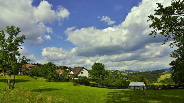 Nejvýchodnější obec ČR - Hrčava, na horizontu obec Jaworzynka PR