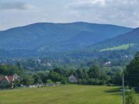 Pohled na Bystřici n.O. ze silničky v Záolší, v pozadí hřeben Slezských Beskyd