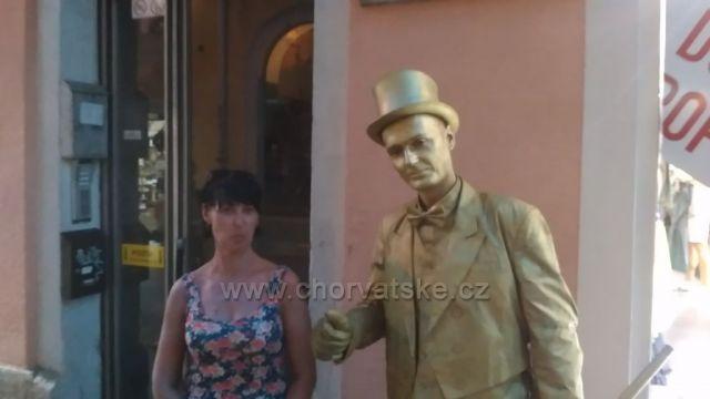 Živá socha na kolonádě Pula