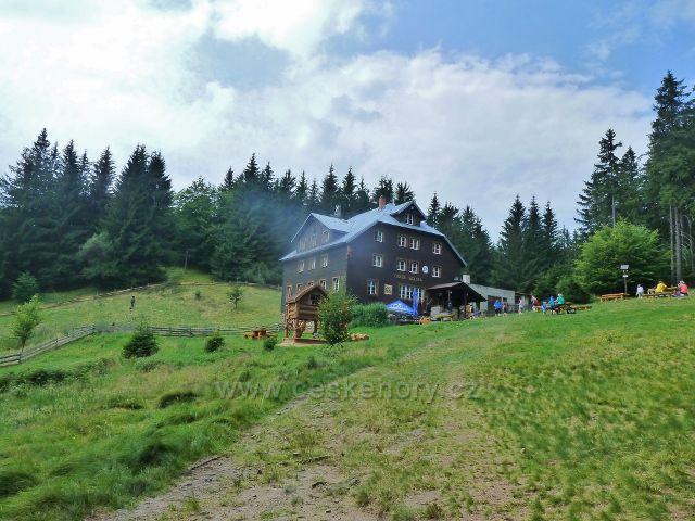 Celkový pohled na areál chaty KČT Skalka