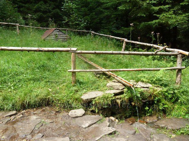Studánka Pod Kyčerou na trase po červené TZ do Mostů u Jablůnkova