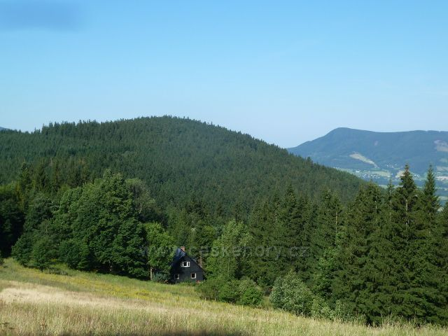 Butořanka - pohled na vrchol Smrčiny (810 m.n.m.), v pozadí je vrch Skalka (964 m.n.m.) nad obcí Čeladná