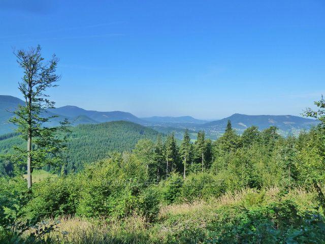 Pohled z cesty po červené TZ z Butořanky na Lukšinec k  obci Čeladná