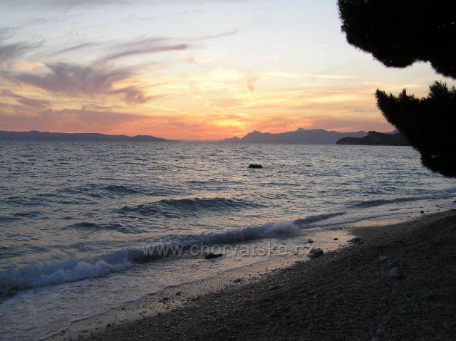 Západ na pobřeží u Makarské