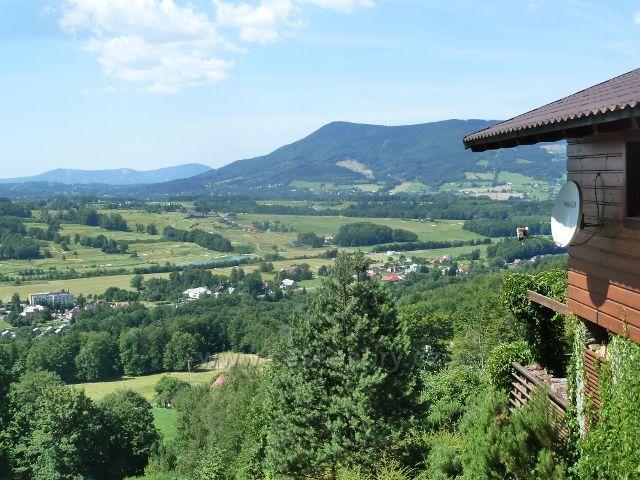 Pohled od chaty Ostrá k Malenovicím a vrchu Skalka