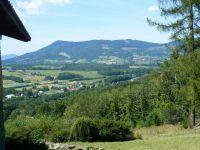 Pohled od chaty Ostrá k Frýdlantu n.O. a k hřebenu Skalky a Ondřejníku