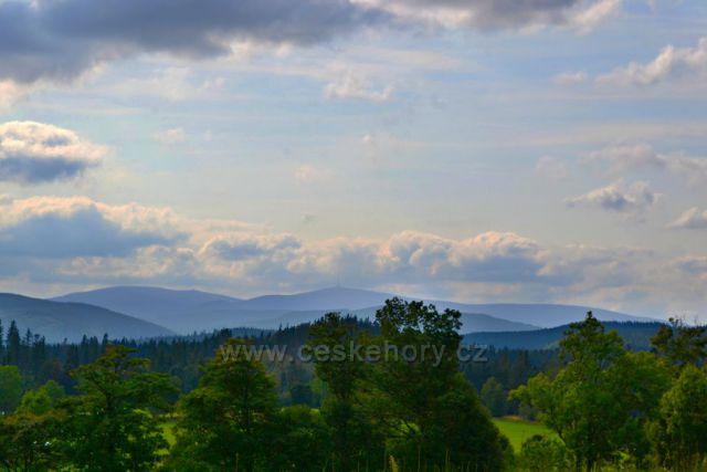 Výhled na Hrubý Jeseník z rozhledny na Skalce.