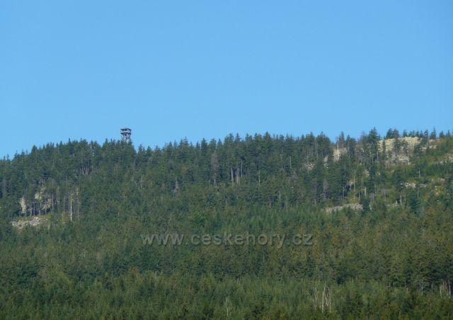 Dolní Morava - pohled ze silničky k mramorovému lomu na protilehlý vrch Klepý s rozhlednou