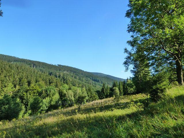 Pohled ze silničky k mramorovému lomu do údolí řeky Moravy
