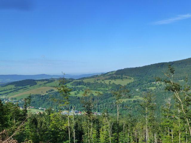 Pohled k úpatí vrchu Klepáč a k Horní Moravě
