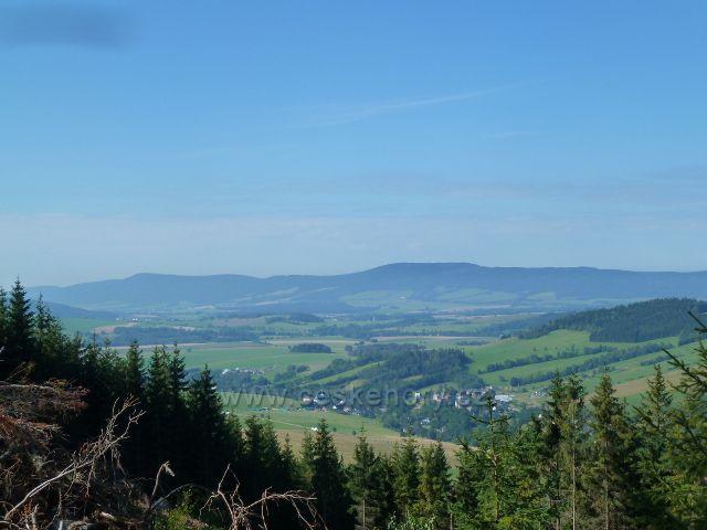 Pohled do údolí řeky Moravy k Dolní Moravě.Na obzoru je vidět hřeben  Bukové hory a Suchého vrchu