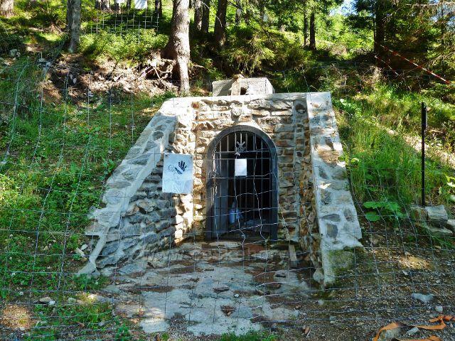 Dolní Morava - obnovovaný vchod do staré těžební šachty na úbočí Slamníku