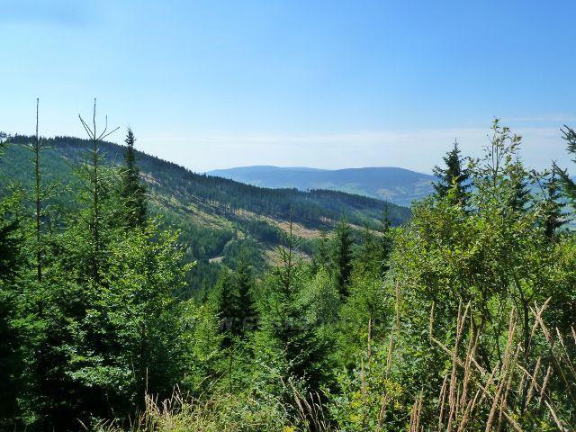 Dolní Morava -pohled na hřeben Chlumu(vlevo), na obzoru je hřeben vrchu Jeřáb (1003 m.n.m.)