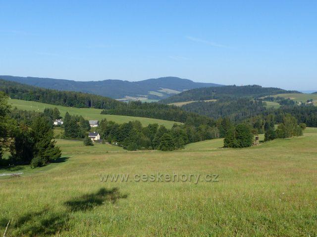 Písařov - pohled z úbočí Hřebínku k Suchému vrchu (995 m.n.m.)