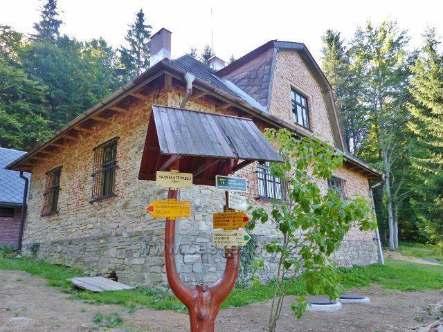 "Písařov - Písařov - turistický rozcestník ""Hájovna u Třech tabulí, 735 m.n.m."" před bývalou hájovnou"