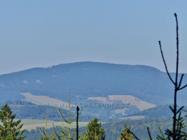 Malá Morava - pohled z úbočí vrchu Kamenec na hřeben Suchého vrchu