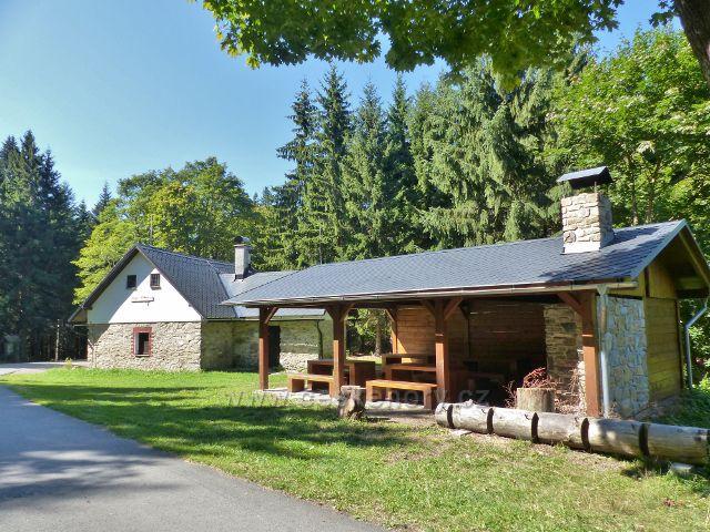 Malá Morava - turistický přístřešek s krbem a chata Wolfka u sv. Trojice