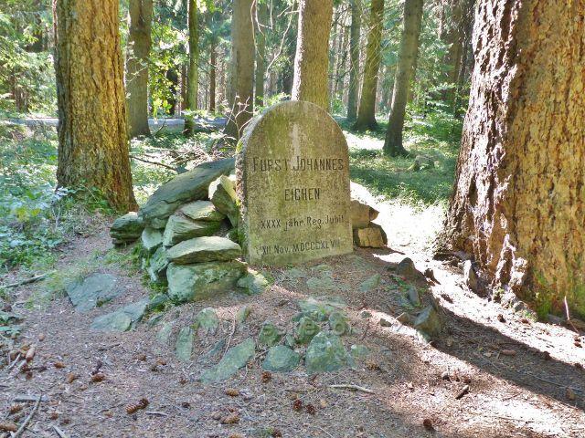 Podlesí - Jubilejní kámen knížete Johanna II.z Lichtenštejna u kaple Nejsvětější Trojice zasazený sem v r. 1898 při příležitosti 40.výročí jeho vlády