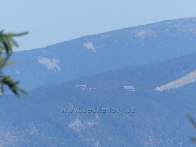 Podlesí - pohled z hřebenu Jeřábu na úbočí Slamníku a na chatu Slaměnku, v pozadí hřeben Klepáče
