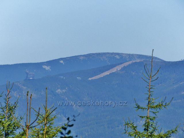 Podlesí - pohled z vrchu Jeřáb na Slamník a Stezku v oblacích na Dolní Moravě.V pozadí vyčnívá vrchol Králického Sněžníku