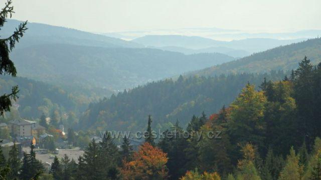 výhled ze Stezky v korunách stromů na Jánské Lázně