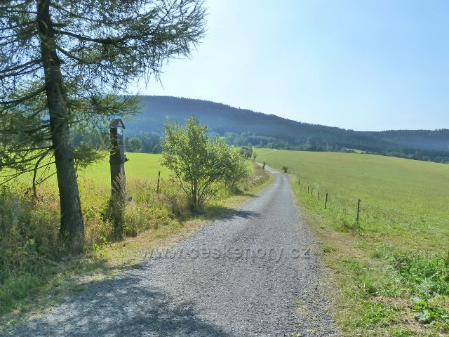 Dolní Hedeč - pohled ze silničky k rozhledně Val k Jeřábu