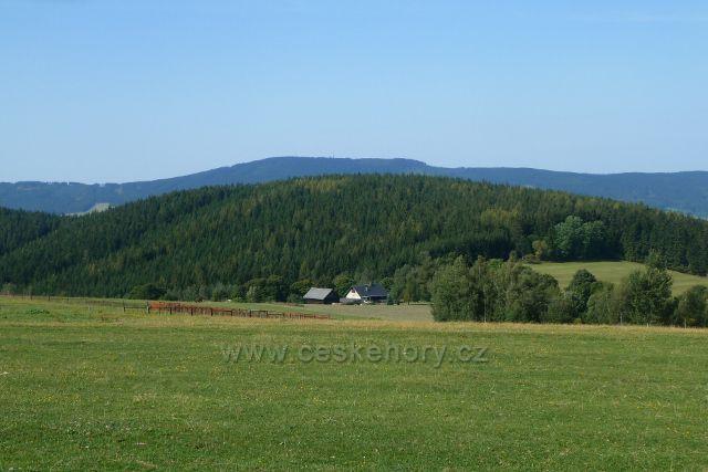Dolní Hedeč - pohled z Valu na vrch Lískovec (778 m.n.m.), za ním vystupuje Suchý vrch