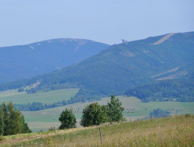 Dolní Hedeč - pohled z úbočí Valu na Králický Sněžník a Stezku v oblacích na Slamníku