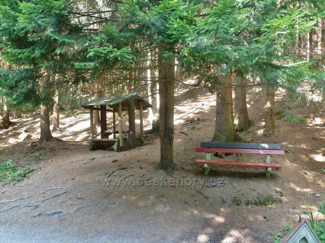 Horní Orlice - lavička a turistický přístřešek u pramenu Panny Marie Pomocné