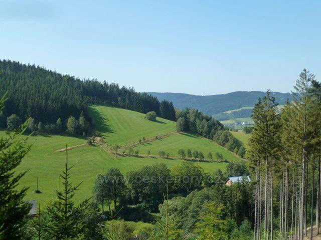 Horní Orlice - pohled z úbočí Lískovce na úpatí vrchu Kamenáč. V pozadí část hřebenu Bukové hory
