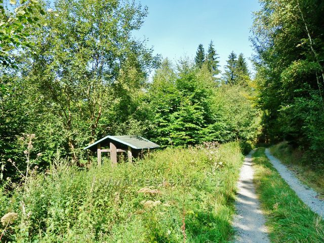 Králíky - turistický přístřešek u vrstevnicové cesty po zelené TZ okolo Lískovce