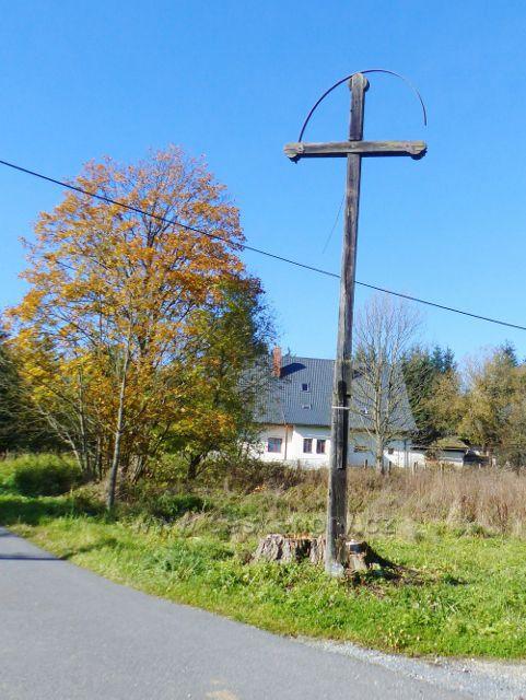 Chrastice - torzo dřevěného kříže u křižovatky v horní části obce