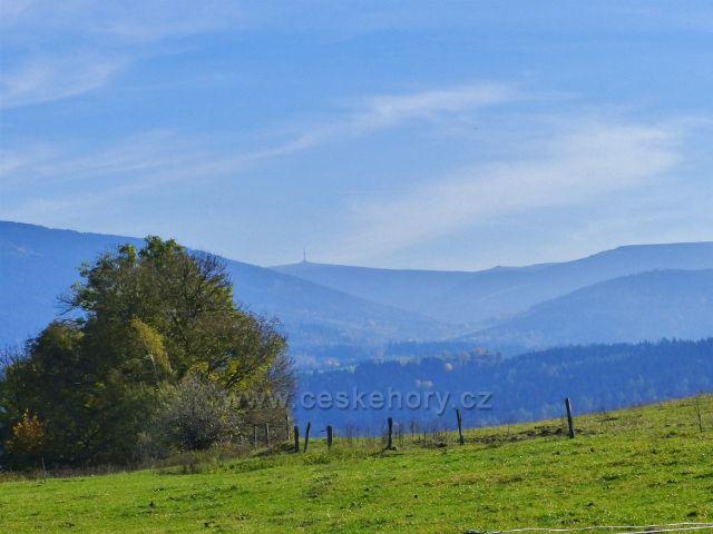 Chrastice - pohlrd z polní cesty do Hynčic pod Sušinou na pásmo Jeseníků s Pradědem