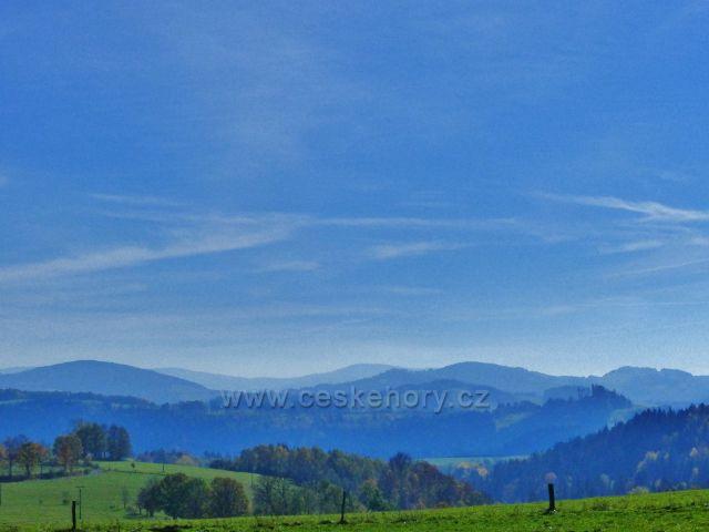 Chrastice - zpětný pohled z cesty do Hynčic směrem k Hanušovické vrchovině