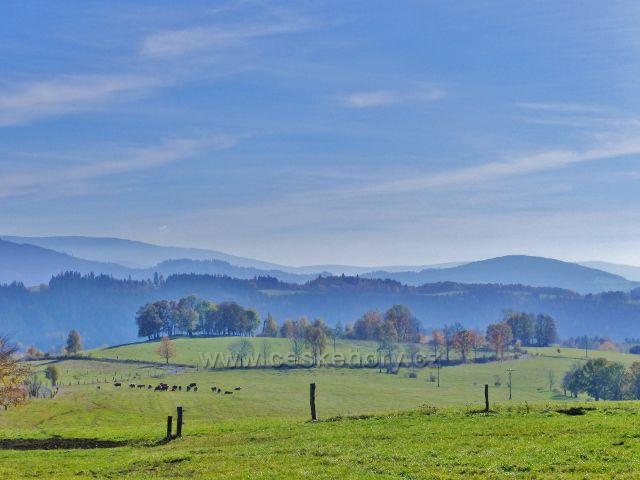 Chrastice - zpětný pohled přes chrastické pastviny k Hanušovické vrchovině