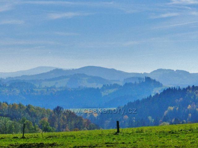 Chrastice . zpětný pohled z chrastických pastvin k Hanušovické vrchovině