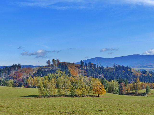 Chrastice - pohled z cesty do Hynčic k Šeráku, vpředu vystupuje Mlýnský vrch(689 m.n.m.)